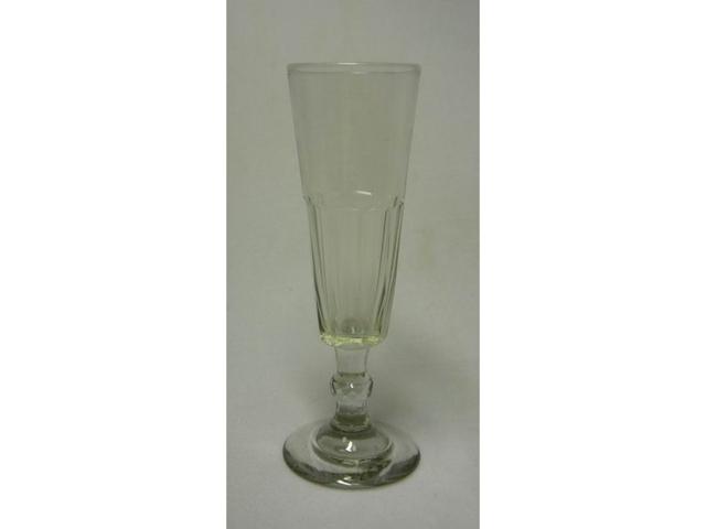 Le verre de vin. La vitre.