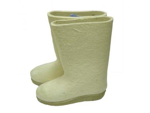 Weiße Stiefel mit Sohle