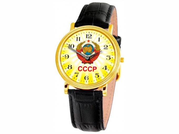 El reloj de la Gloria de oro con el escudo de armas de la URSS