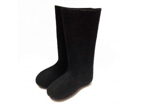 Las botas de fieltro negro