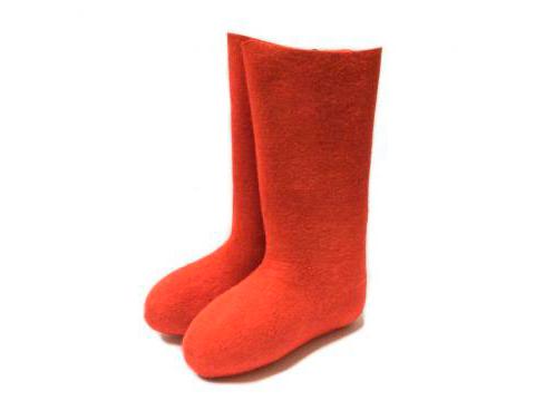 Las botas de fieltro rojo