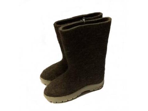 Las botas de fieltro gris con suela